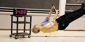 這個物理教授用親身實驗的教學方法,讓所有學生全神貫注甚至不敢眨眼...