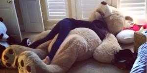 很多人會忍不住誘惑買了Costco的巨熊玩偶,但..該怎麼帶回家?看看別人怎麼塞..哈